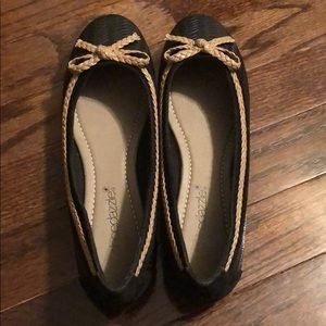 Shoe dazzle Black and Tan woven flats